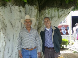 Quico Duarte y Silviano, junto al trueno, el añoso árbol , en el atrio de Penjamillo
